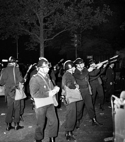 La polic�a francesa replegó a los estudiantes en el boulevard de St-Michel en Paris.